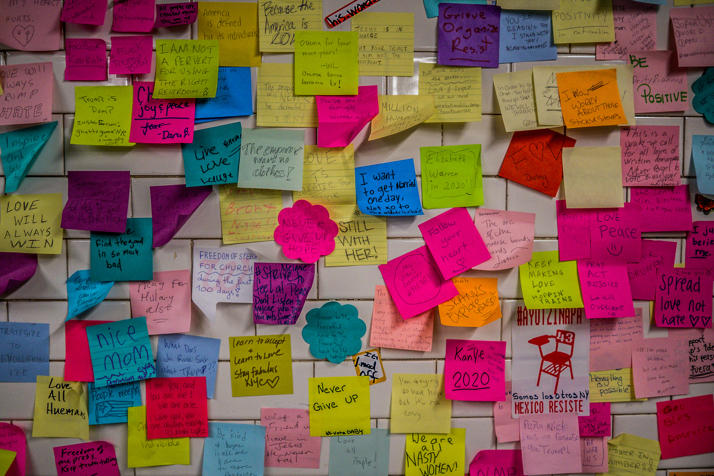sticky notes as therapy in new york subway